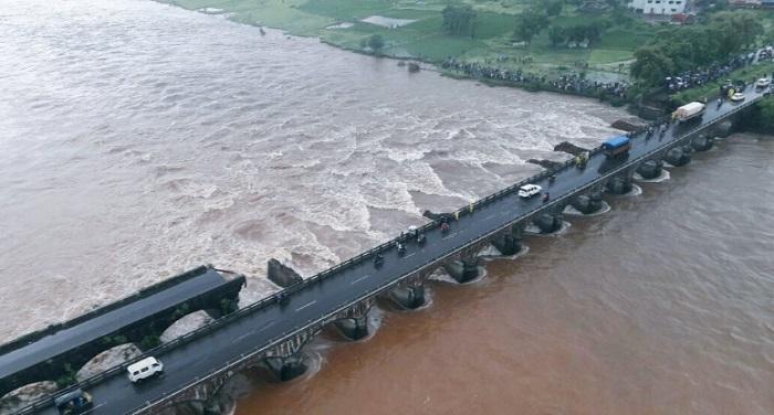 Bridge महाराष्ट्र: पुल बहा ले गई मूसलाधार बारिश, 22 यात्रियों समेत 2 बसें लापता