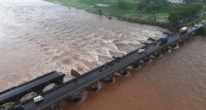 Mahad 1 महाराष्ट्र महाड पुल हादसा: लापता बसों का मलबा बरामद