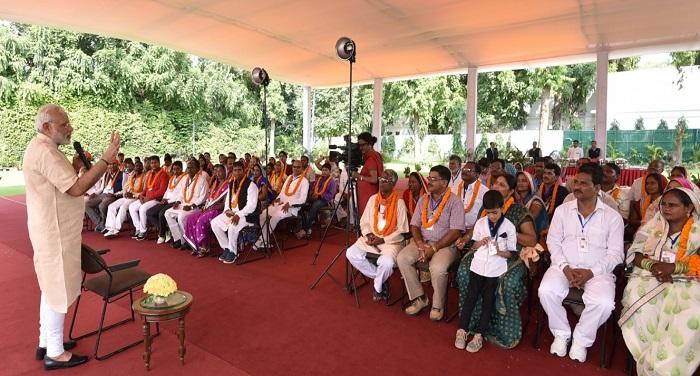 Modi Gram वाराणसी के ग्राम प्रधानों ने पीएम मोदी से मुलाकात की