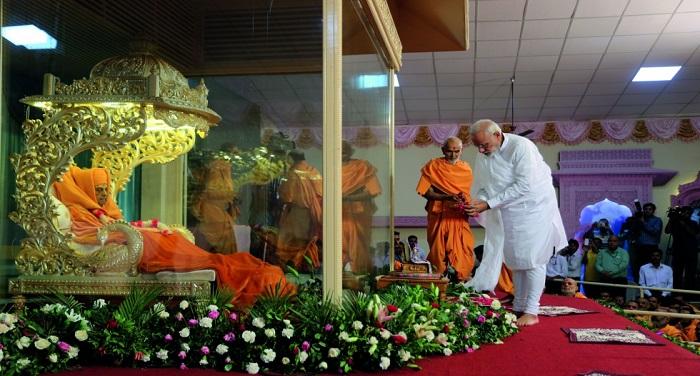Modi Swami प्रधानमंत्री मोदी ने अर्पित की प्रमुख स्वामी को श्रद्धांजलि