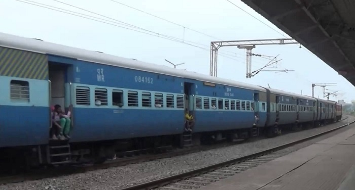armed-gang-looted-three-trains-in-kanpur-railway-station