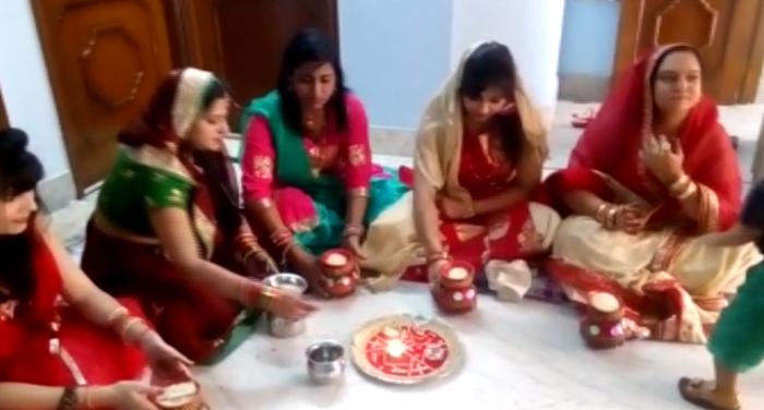 women karwachauth 1 Karwa Chauth 2021 : जानें क्या कुछ ख़ास है इस करवा चौथ, कैसे करें पूजा और व्रत