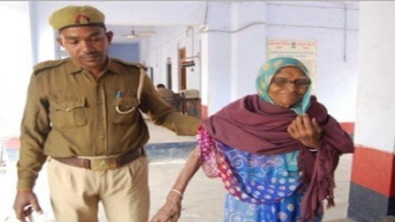 यूपी पुलिस की नेकी, बुजुर्ग मां को 4-4 माह रोटी-कपड़ा देंगे बेटे
