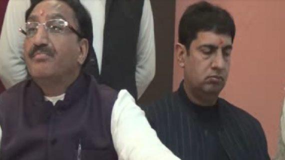 पत्रकारों से बातचीत के दौरान सोते दिखे, बागी विधायक प्रदीप बत्रा