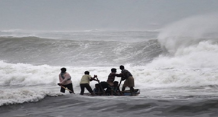 Cyclon आंध्र, तमिलनाडु तट की ओर बढ़ा भीषण चक्रवाती तूफान 'वर्धा'