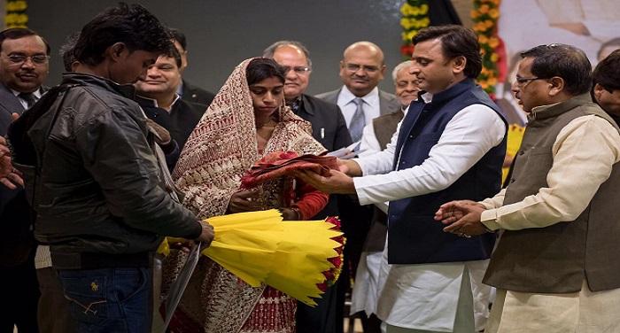 akhi 2 यूपी में अखिलेश ने गरीब बेटियों को शादी अनुदान के चेक बांटे