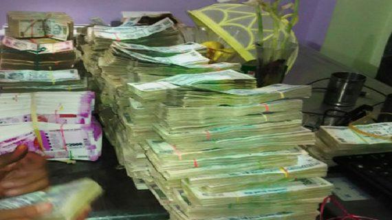 अधिकारी के घर छापेमारी में मिले 40 लाख के 2 हजार के नए नोट