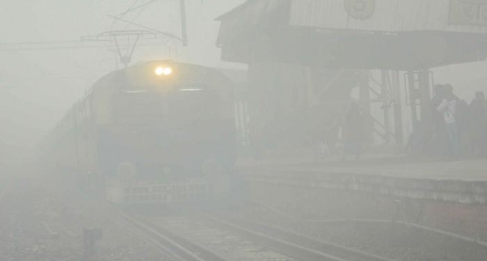 fog 1 ठंड की चपेट में दिल्ली सहित पूरा उत्तर भारत, 81 ट्रेनों सहित उड़ानों में हुई देर