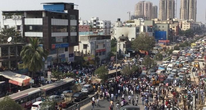 hyderabad road block नकदी की कमी से बेहाल जनता ने हैदराबाद में किया चक्का जाम