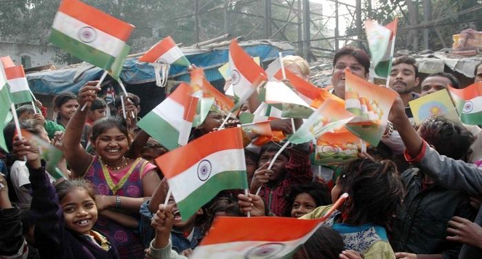 indian flag राष्ट्रगान के दौरान खड़ा न होने पर केरल में एक महिला सहित हिरासत में 6 लोग