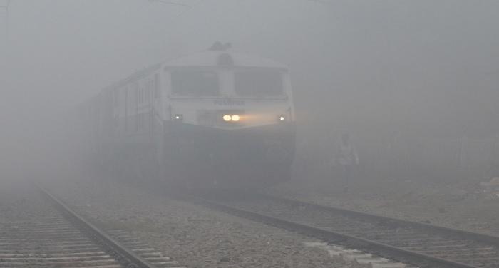 train fog कोहरे की वजह से यात्री परेशान, 55 ट्रेनें देरी से चली तो 16 हुई कैंसिल
