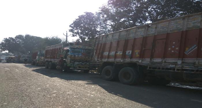 truck बालू से लदे 35 ट्रक पुलिस ने किए जब्त