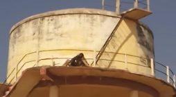 मंडी परिसर में पानी की टंकी पर चढ़ा मोदी समर्थक