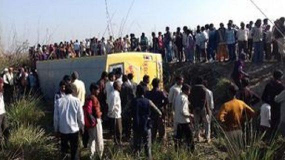 कानपुर देहात में पलटी स्कूली बस, 20 बच्चे घायल