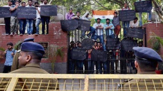 रामजस कॉलेज विवाद : कड़े पहरे के बीच ABVP कर रहा है 'सेव डीयू' प्रोटेस्ट