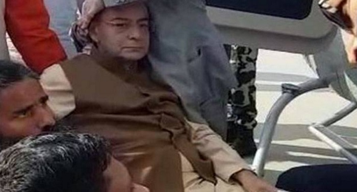 arun jaitley हेलीकॉप्टर में चढ़ते अरुण जेटली का फिसला हाथ, आई चोट