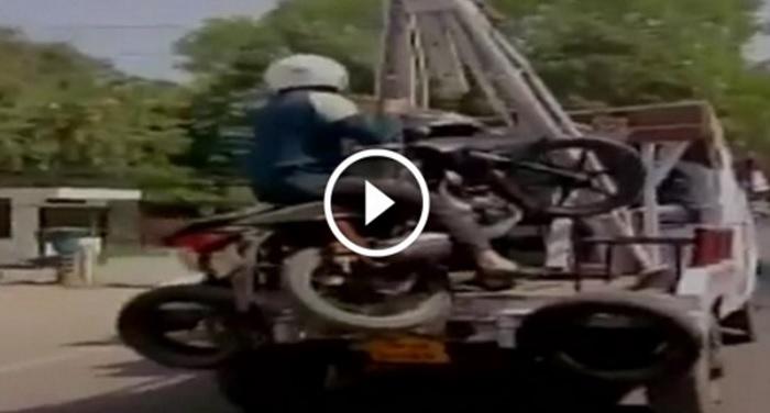 bike man जब ट्रैफिक पुलिस ने बाइक के मालिक समेत बाइक को किया एयरलिफ्ट..देखिए वीडियो