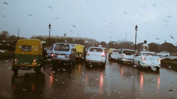 कुछ देर हुई बारिश ने बदला दिल्ली एनसीआर का मिजाज
