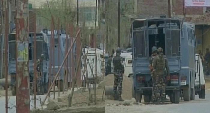 sena बडगाम में सेना-आतंकियों के बीच मुठभेड़ जारी, रुक-रुक हो रही है फायरिंग