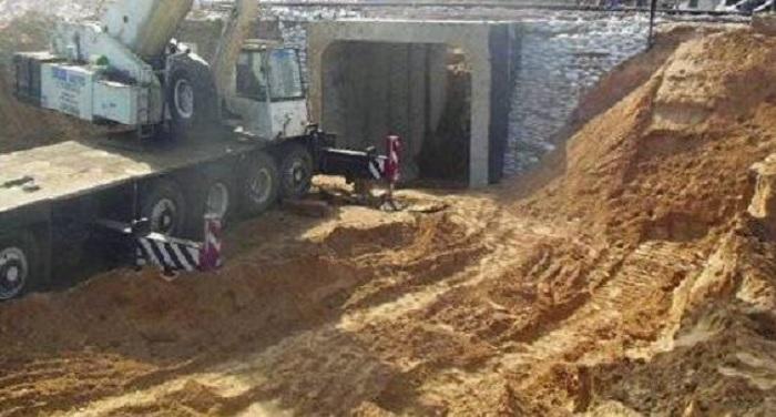 मनरेगा काम के दौरान मिट्टी में धंसी कई महिला मजदूर