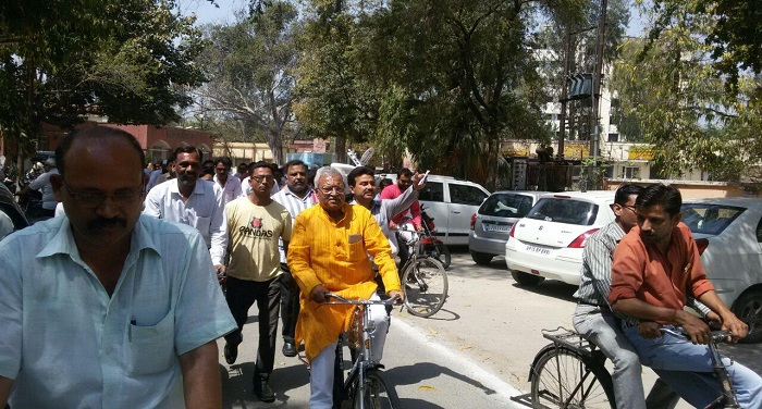 lakshmi बीजेपी के पूर्व प्रदेश अध्यक्ष लक्ष्मीकांत वाजपेई साइकिल पर हुए सवार