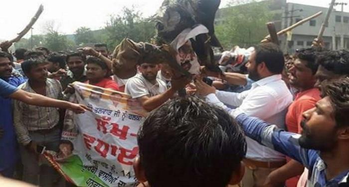 निगम टीम और पुलिसवालों पर झुग्गी वालों ने की पत्थरबाजी