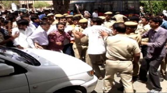 राजस्थान: ABVP-NSUI प्रदर्शन के दौरान पुलिस ने किया लाठीचार्ज, छात्रों ने की पत्थरबाजी