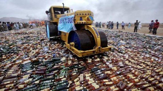 बिहार में 1.25 करोड़ की शराब पर चला बुलडोजर, चूहे पी रहे थे शराब