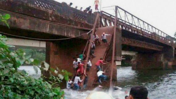 गोवा पुल हादसे में गोताखोरों ने शुरू किया बचाव अभियान
