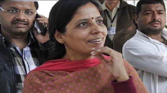 केजरीवाल के समर्थन में आई पत्नी सुनीता, ट्विट कर कपिल पर साधा निशाना