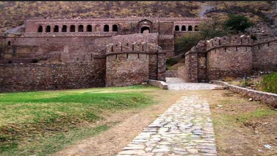 आखिर क्यों जानें से लोग डरते हैं भानगढ़ किले में