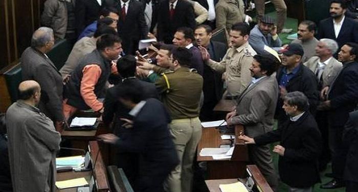 mhnmhg जम्मू-कश्मीर विस में हंगामा, मंत्री ने विधायक को दी मारने की धमकी