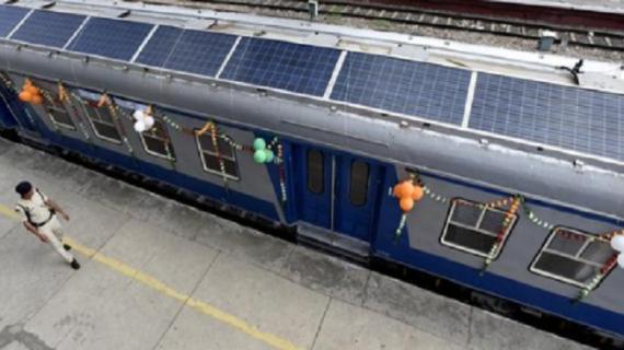 भारत की पहली सोलर ट्रेन हुई लॉन्च, सुरेश प्रभु ने व्यक्त की खुशी