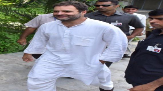 राहुल गांधी लखनऊ के दौरे पर, किसानों के लिए सड़क पर उतरे