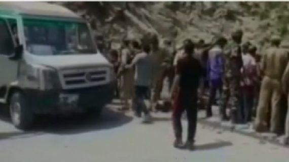 जम्मू-कश्मीर में खाई में बस गिरने से 9 लोगों की मौत