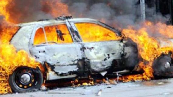 भीड़ के हत्थे चढ़े आरोपी, गाड़ी को लगाई आग