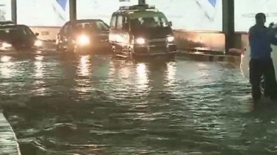 मुंबई में बारिश ने फिर मचाया हाहाकार, एयरपोर्ट, ट्रेन, कॉलेज सब बंद