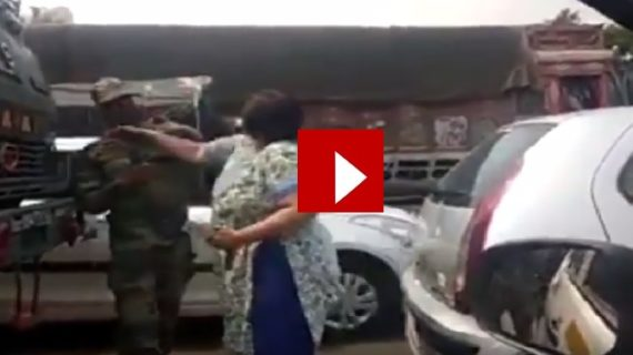 वीडियो वायरल: जवान को थप्पण मारने वाली महिला को पुलिस ने किया गिरफ्तार