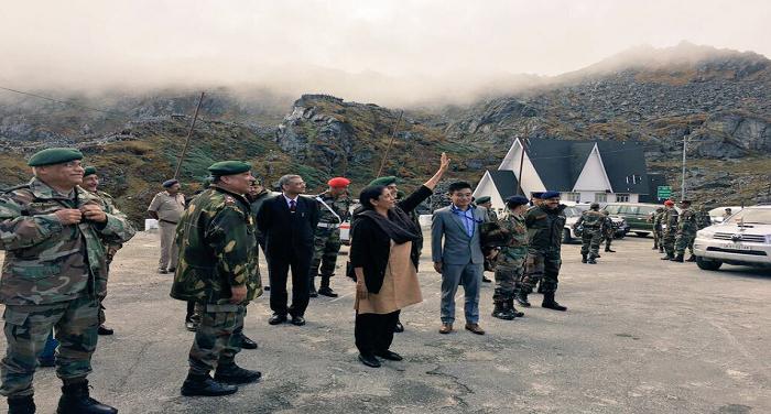 defence minister नाथुला बॉर्डर का रक्षा मंत्री ने किया दौरा, चीनी सैनिकों ने ली तस्वीर