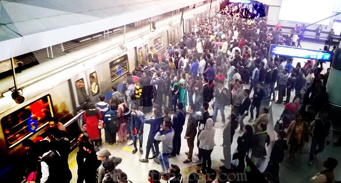 metro 1 दिल्ली मेट्रो में खराबी के कारण स्टेशनों पर लगा लोगों का तांता