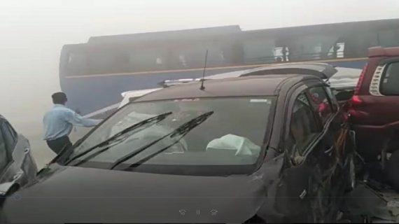 कोहरे का कहर, यमुना एकस्प्रेसवे पर टकराई 18 गाड़िया, 10 लोग जख्मी
