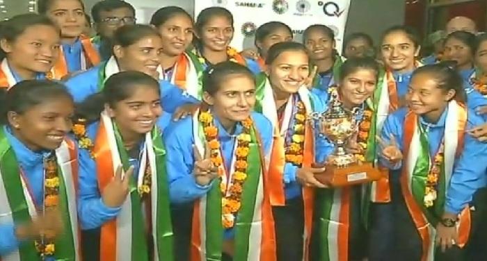 भारतीय महिला टीम की प्रत्येक सदस्य को 1-1 लाख रुपये का नकद पुरस्कार