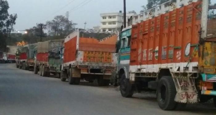 स्मॉग ने बनाया लखपति, पार्किंग में खड़े ट्रकों से ले रहे 150 रुपए किराया