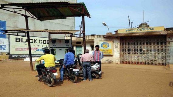 सर पे हेलमेट नही तो गाड़ी में पेट्रोल नहीं: पुलिस का आदेश