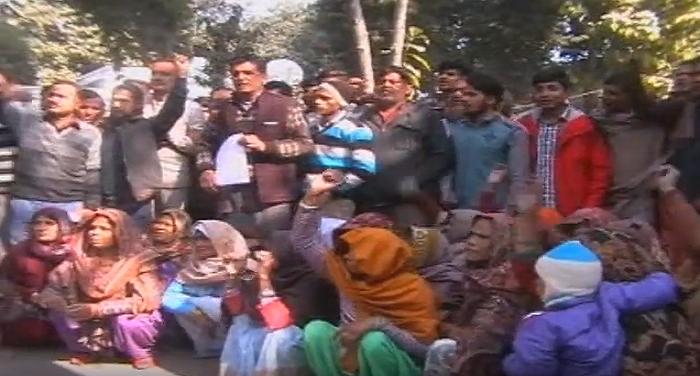 Capture2 मुजफ्फरनगर: डीएम ऑफिस के बाहर दलितों ने किया हंगामा, अवैध कब्जा हटाने की मांग की