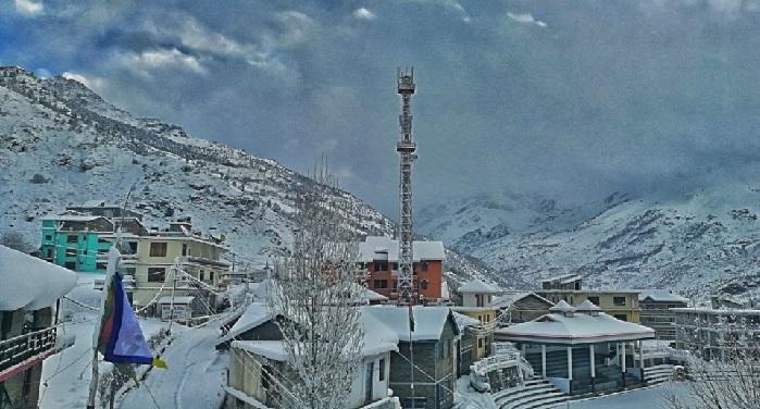 हिमाचल में बर्फबारी के चलते टूटा कई इलाकों से संपर्क, जनजीवन प्रभावित