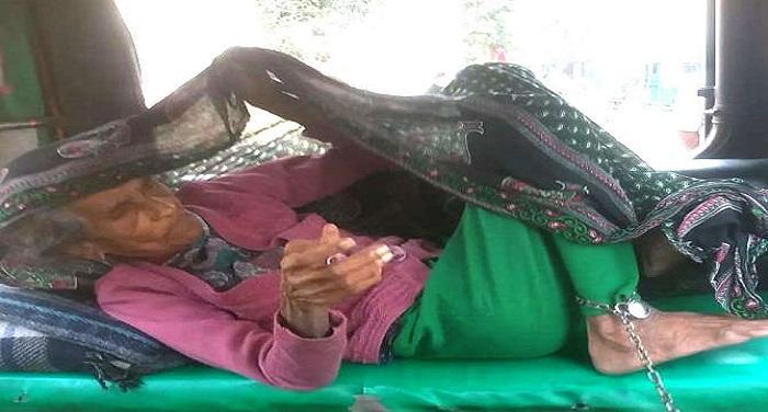 meerut 1512971589 शर्मनाक: लाइलाज बिमारी से झूझती मां को बेटे ने जंजीरों से बांधा, खाने को नहीं देता खाना