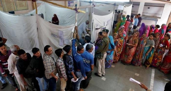 polling booth गुजरात चुनावः 6 मतदान केंद्र पर फिर से शुरु हुए मतदान, कल आएंगे नतीजे