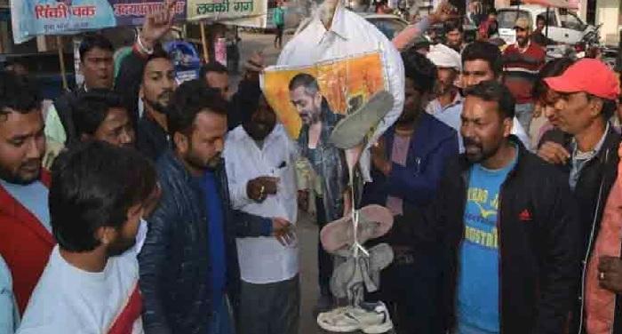 वाल्मीकि समाज ने 'टाइगर जिंदा है' के पोस्टर पर पोती कालिख