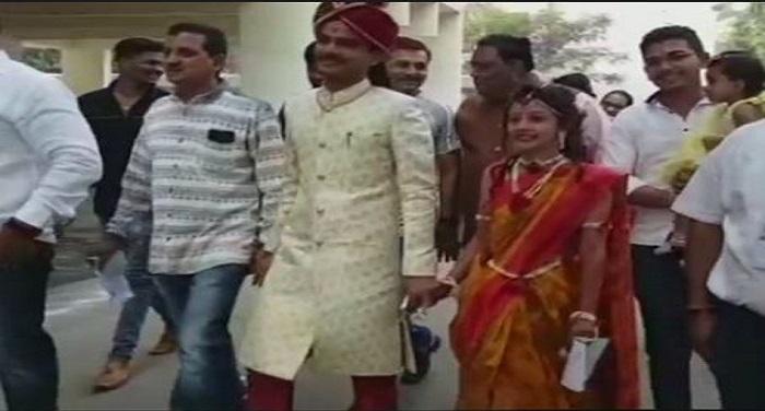 wedding गुजरात विधानसभा चुनावः शादी के जोड़े में कपल ने पहले दिया वोट फिर रचाई शादी